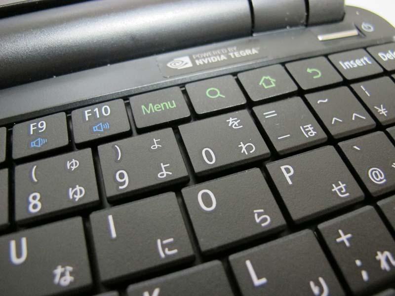 理由の1つは切り立ったキー側面の形状と隙間の小ささだろう。なお右奥のHOME、検索、戻るキーがAndroidの操作に予約されている