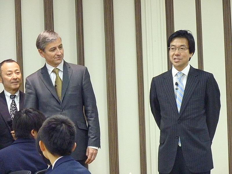 日本マイクロソフトの樋口泰行代表取締役社長が、Microsoftインターナショナル担当 プレジデントであるジャン・フィリップ・クルトワ氏を紹介