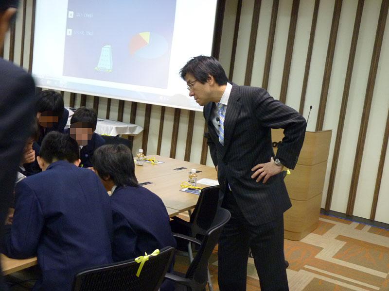 樋口社長も熱心に中学生がペンタブレットに回答する様子をのぞき込む