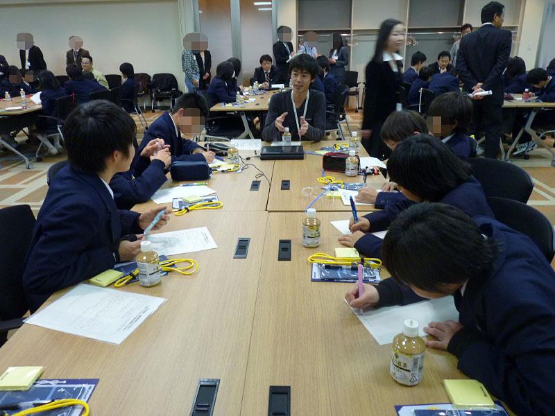 社員によるプレゼンテーション終了後は中学生からの率直な質問コーナー。「中学の時に好きなことは何でしたか?」といった、中学生でなければ出来ない質問が飛ぶ