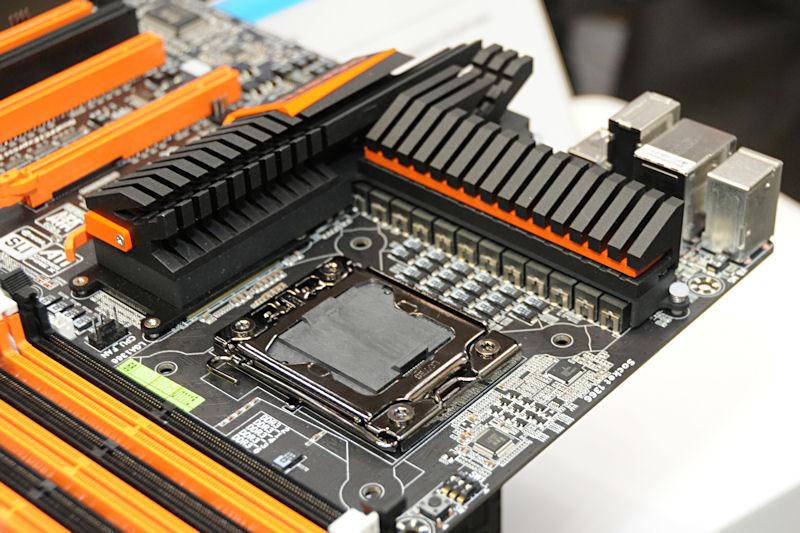 VRM周りは最大1,200Wを供給可能とする。ソケット脇のキャパシタは小型のローハイトタイプを用いている