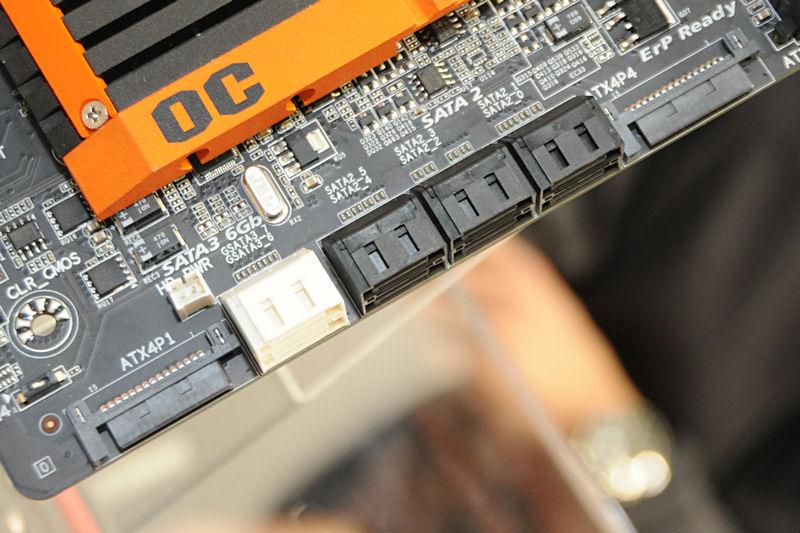 SATA電源端子×2系統によるPCI Expressスロットへの電源供給強化を行える