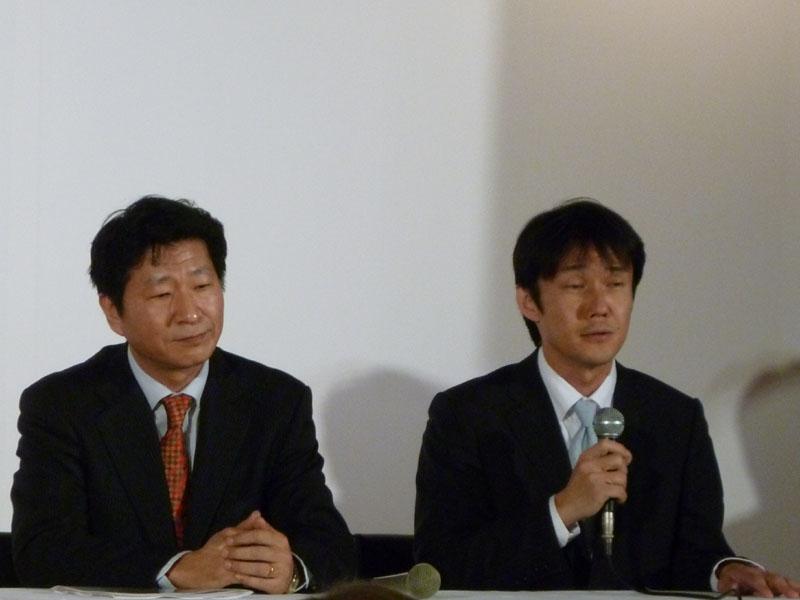 質疑応答に答える、岡副社長(左)と 藤井本部長