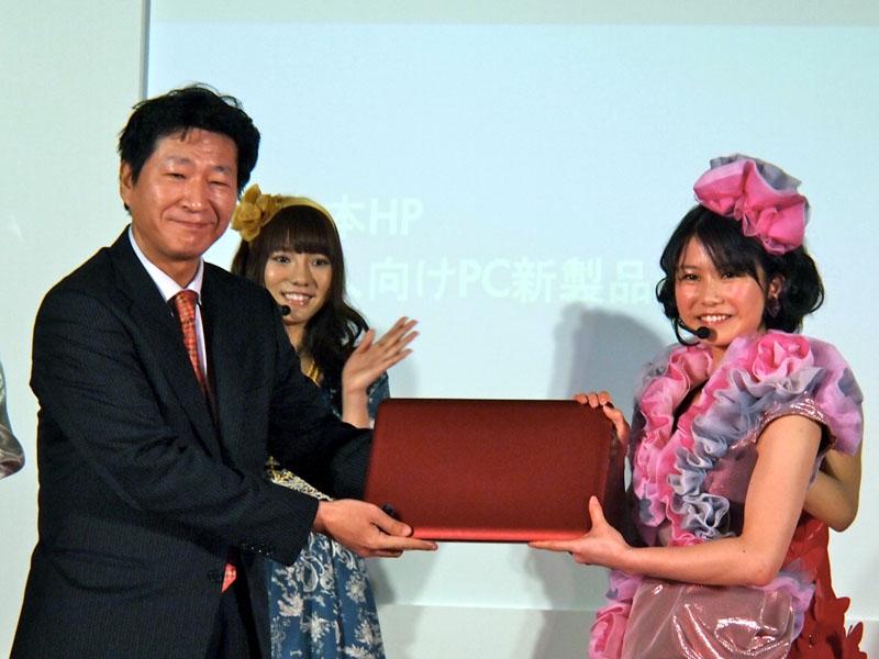 今回のCMがTV CM「デビュー」となるAKB48横山由依さんに、岡副社長からHP製のノートPCが贈られた。