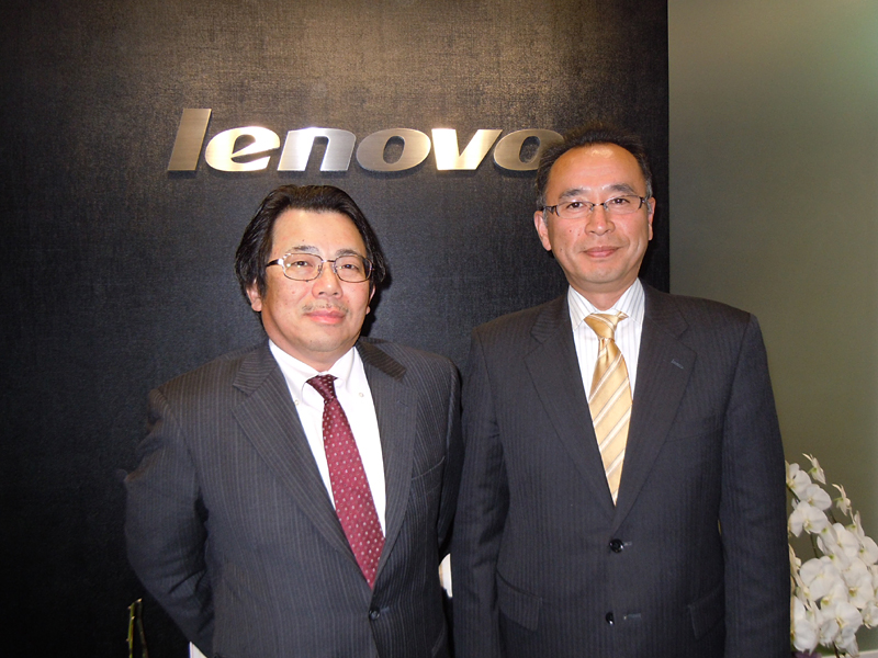 Lenovo Group CDOの内藤在正氏(左)とレノボ・ジャパン 常務執行役員 研究・開発 ノートブック製品担当 横田聡一氏(右)