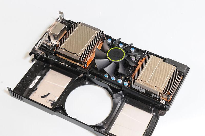 【写真3】化粧カバーの上部はネジ4本を外すのみで取り外しが可能。ちなみに写真右下に基板とカバーを結ぶ電源ケーブルが見えるが、これは電源端子脇のGeForceロゴを光らせるLEDの電源となっている