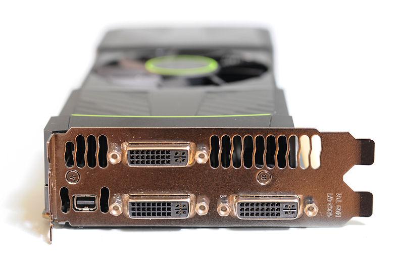 【写真8】ブラケット部はDVI-I×3とMini-DisplayPortの構成
