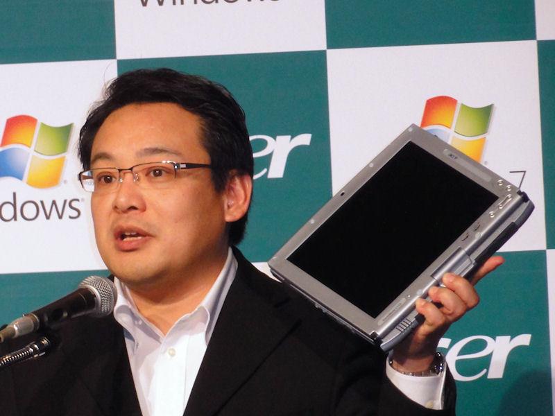 2001年に発売した初代タブレットPCを紹介しながら説明したボブ・セン社長