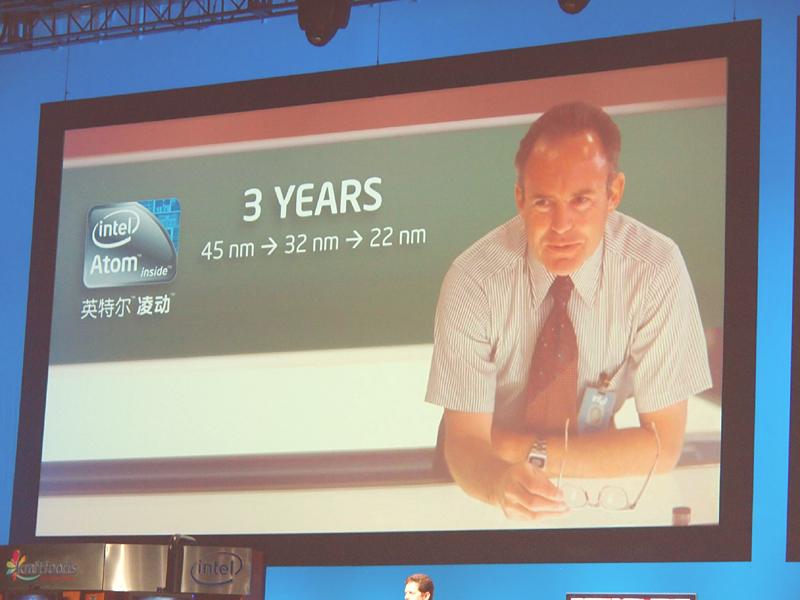 【写真8】Intelは今後3年間でAtomを22nmプロセスまで到達させるというアグレッシブなプランを示した