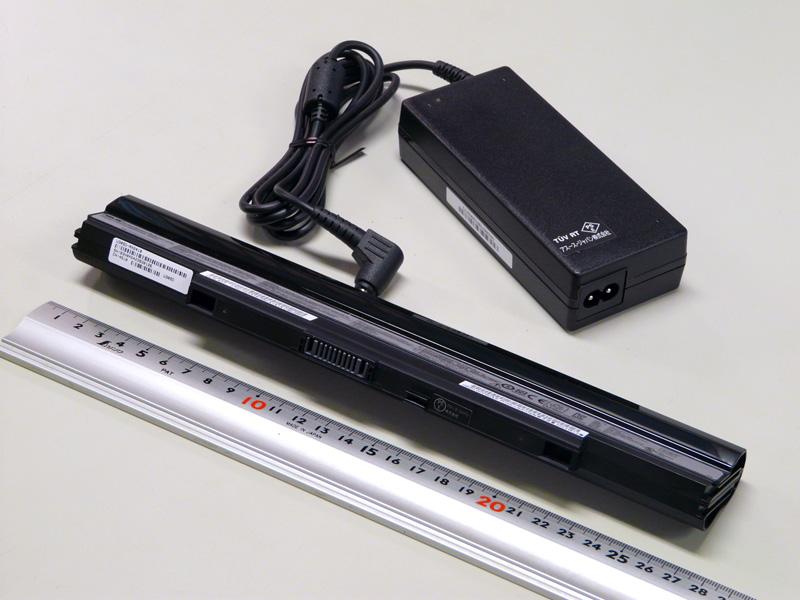 ACアダプタのコネクタはメガネタイプ。バッテリは8セル