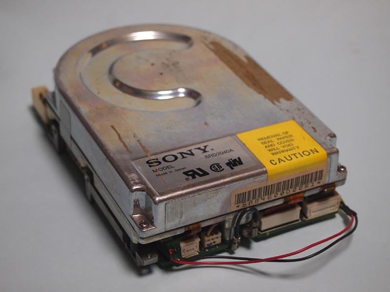 【写真1】筆者の手元にあるソニー製のHDDSRD2040A。インターフェイスはSCSI(8bitパラレル)で、容量は40MB。今では廃れてしまった3.5インチハーフハイト(約41mm厚)のドライブだ。写真には写っていないが、Macに内蔵されていたドライブなので、リンゴのシールが貼ってある