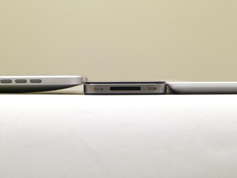 iPad、iPhone 4、iPad 2の薄さ比較。左から順に13.4mm、9.3mm、8.8mm。確かにiPad 2が一番薄いのが分かる。またiPad 2は底面が平らだ
