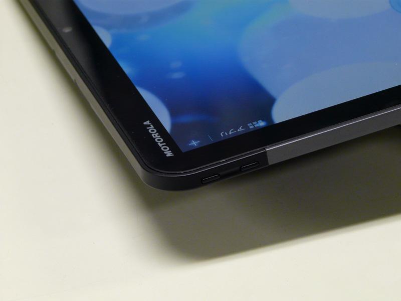 正面の左上側、Motorolaのロゴの横にボリュームがある
