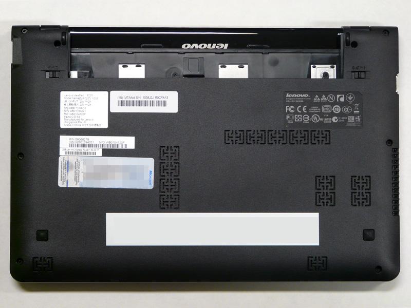 底面。HDDやメモリへ簡単にアクセスできる小さいパネルは無く、一面がパネルに覆われている。手前左右2つのメッシュにスピーカーがある