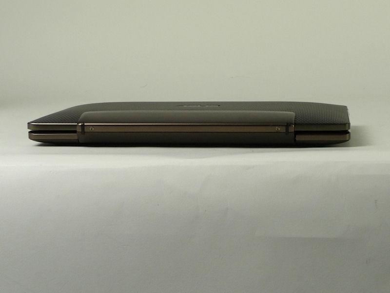 背面。中央の光沢のある部分が、タブレットを挟み込むヒンジ