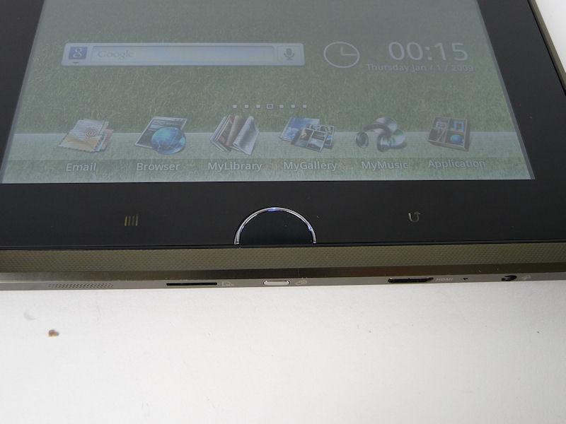 横持ちで右端にホームボタンなどがあるが、これは製品版ではなくなる