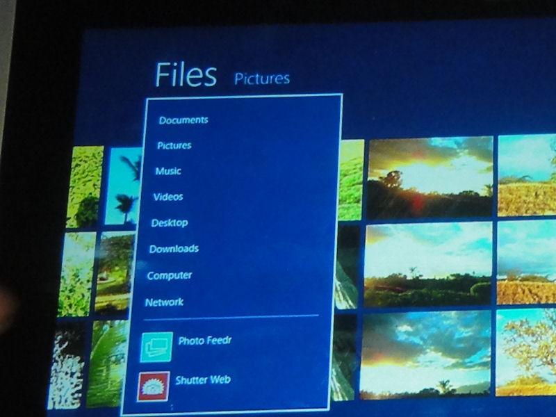 ファイルを選択した状態で、メニューのFilesをタップすると、ファイルの保存場所の一覧のほかに、共有可能なアプリが表示