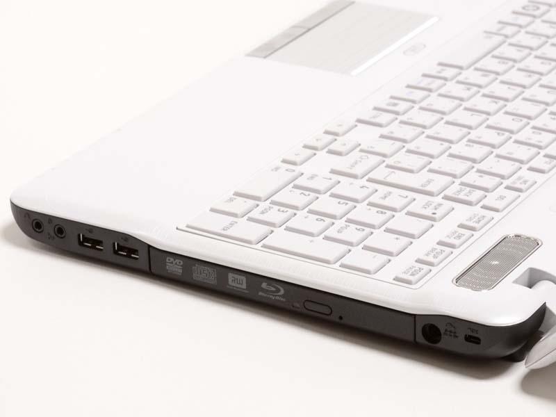 右側面。ロックポート、電源入力、Blu-rayドライブ、USB2.0×2、マイク入力/ヘッドフォン出力