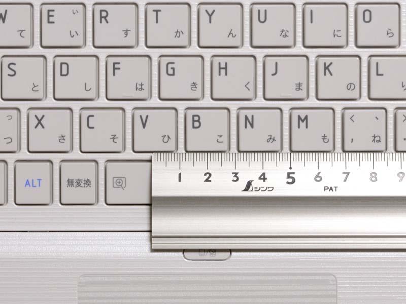 キーピッチは実測で約19mm。タッチパッドの上にあるボタンはタッチパッドON/OFF用