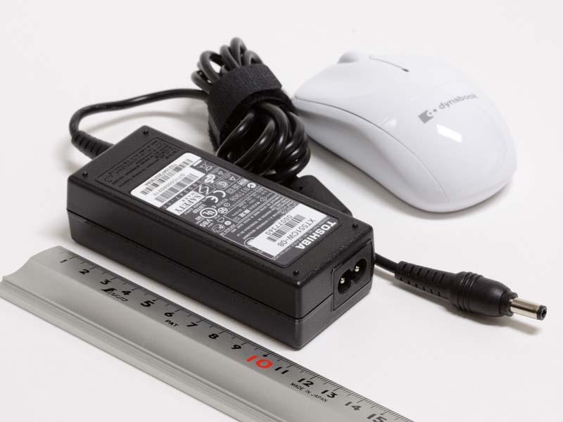 付属品。ACアダプタのコネクタはメガネタイプだ。無線マウスも付属する