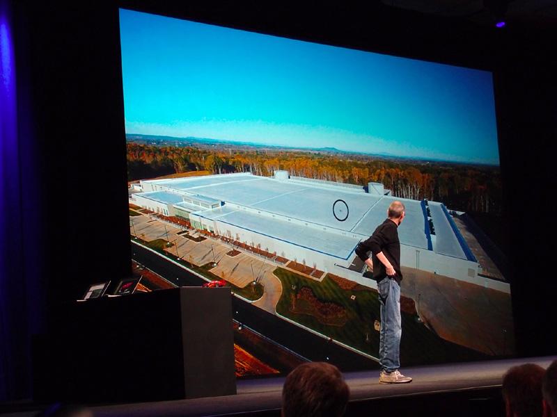 ノースキャロライナ州メイデンのデータセンターを紹介するジョブズCEO。丸く囲まれたところにいる人影から、その巨大さが伺える