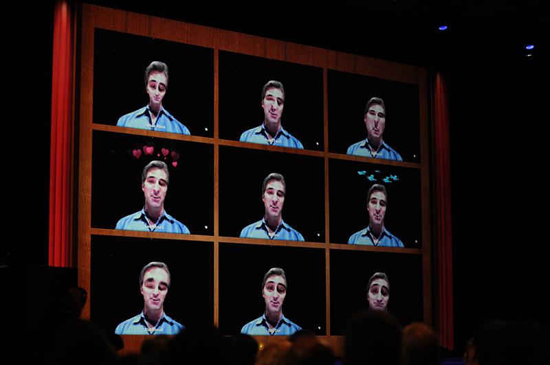 フルスクリーンアプリケーションのデモで利用されたPhotoBooth。顔認識機能により、頭上に浮かぶ鳥やハートマークの位置も追従、目玉だけを巨大化するなどといったエフェクトもかけられる