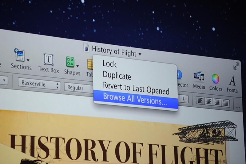 書類の名称部分から選べる選択肢。Auto Saveをしないロック。複製を作るDuplicate、最後に開いた状態へと戻すRevert to Last Opened、そしてAuto Saveされた履歴を一覧する、Browse All Versions