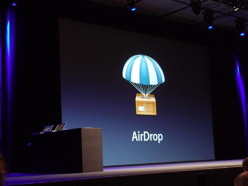 AirDropは、隣接するMac同士で簡単にファイルをやりとりするもの。Wi-FiをPeer-to-PeerのAdhocモードで使っていると考えられる。IntelのMy WiFiに似た、あるいはそれをベースにしたものと考えられるが、完成度の高さとネーミングがAppleらしさというところか
