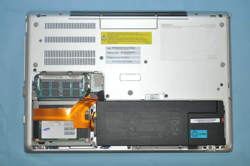 底面のカバーを外すと、メモリスロットやSSD、バッテリにアクセスできる