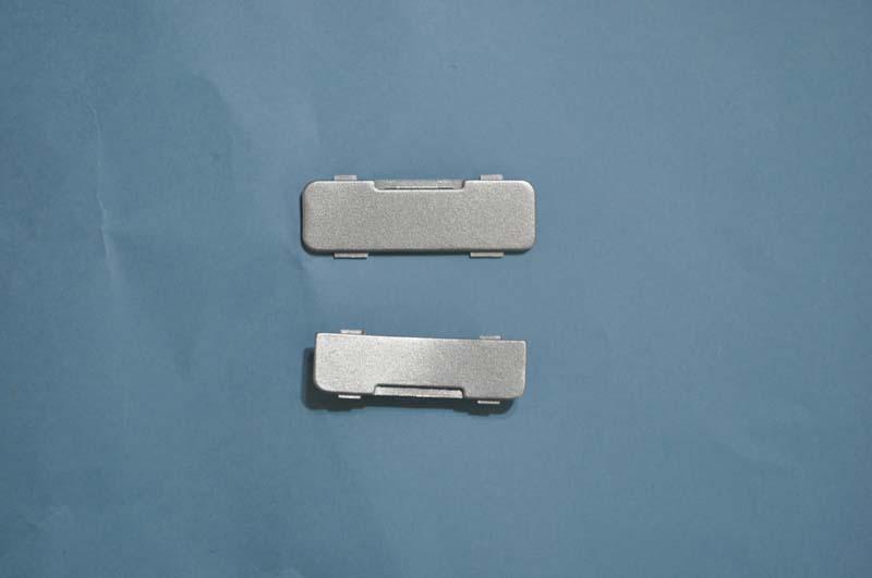 各コネクタは、柔らかい樹脂製カバーで覆われており、使うときにはカバーを外す必要がある