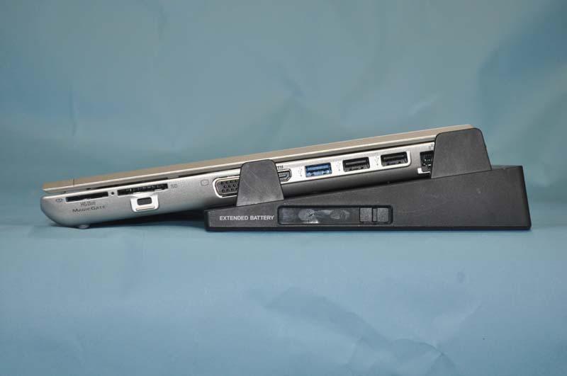 ドッキングステーションにVAIO S(SA)を装着したところの右側面。このように傾斜が付き、タイピングしやすくなる