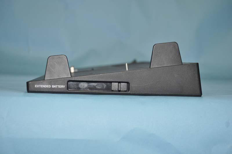 ドッキングステーションの右側面には、レバーが用意されており、拡張バッテリ装着時には左側に動かす必要がある