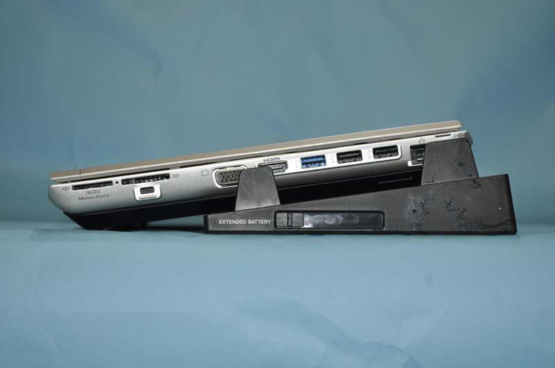 拡張バッテリとドッキングステーションを同時に装着したところの右側面