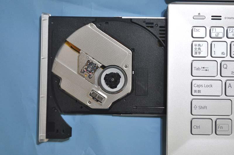 光学ドライブとして、トレイ式のBlu-ray Discドライブを搭載