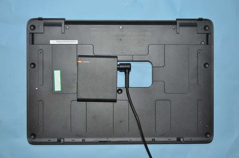 充電アダプタに本体付属のACアダプタの電源ケーブルを接続することで、拡張バッテリを単体で充電できる
