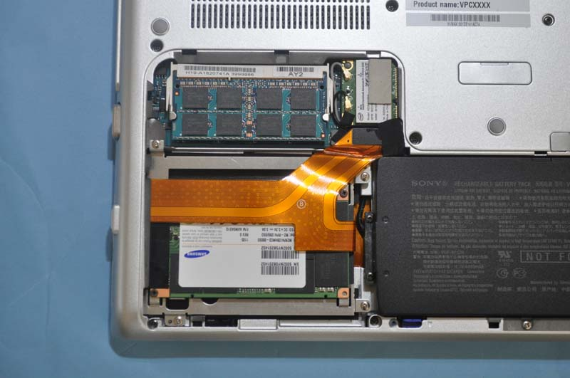 メモリスロットとしてSO-DIMMスロットが1基用意されている。オンボードで4GBのメモリが実装されており、SO-DIMMスロットに4GB SO-DIMMを装着することで、最大8GBまでメモリを増設可能。試用機には8GBメモリが搭載されていた