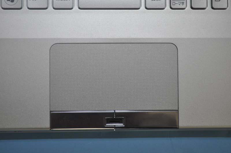 ポインティングデバイスとして、タッチパッドを搭載。左右クリックボタンの間には、指紋センサーが搭載されている