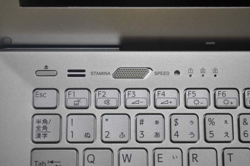 キーボード左上には、光学ドライブのイジェクトボタンとパフォーマンス・スイッチが用意されている。パフォーマンス・スイッチにより、単体GPUの有効/無効を切り替えられる