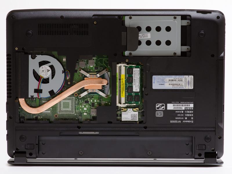 本体底面。ネジ7本外すと大きいパネルが開き、HDDやメモリへ簡単にアクセスできる