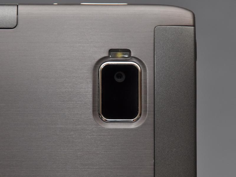 裏面には、約500万画素のメインカメラを配置。上部にLEDフラッシュも搭載