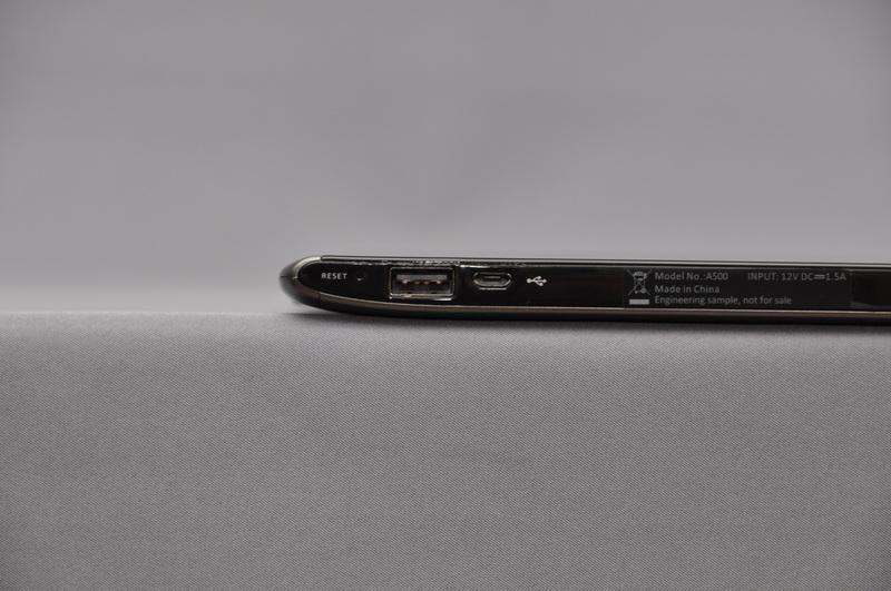 右側面には、フルサイズのUSB 2.0コネクタとMicro USB Bコネクタ、電源コネクタを用意