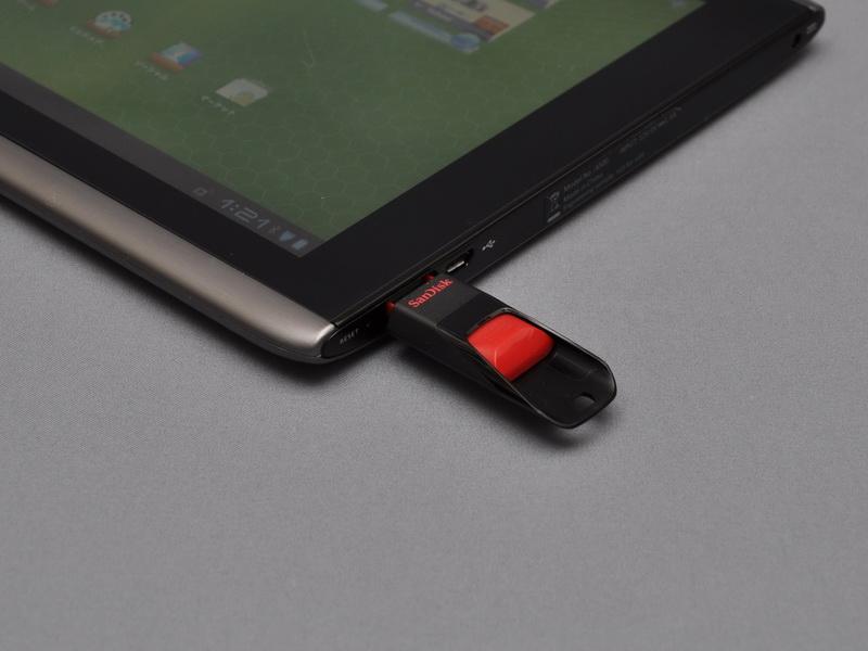 USB 2.0コネクタはホスト端子で、USBメモリなどのUSB周辺機器を接続し利用できる
