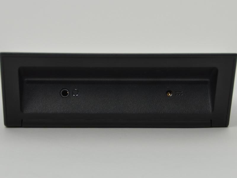 クレードルには、電源端子とヘッドフォン出力端子が用意されている