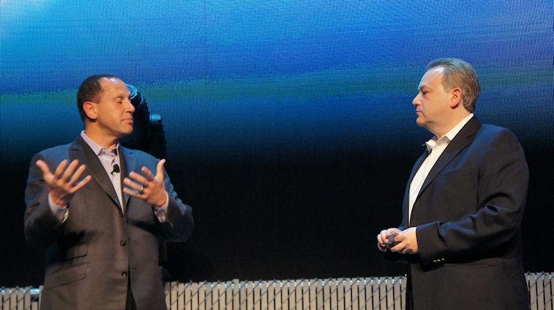 Microsoft OEM部門担当取締役スティーブ・グッゲンハイマー氏(左)を壇上に招いて、MicrosoftのAPU対応ソフトウェアをデモ