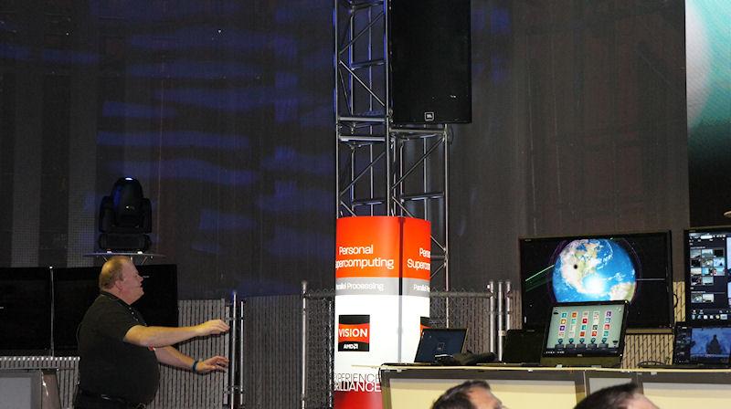 デモでは、宇宙シミュレーションをリアルタイムでレンダリングしながら、Kinectを利用してそれを操作するという様子が公開された