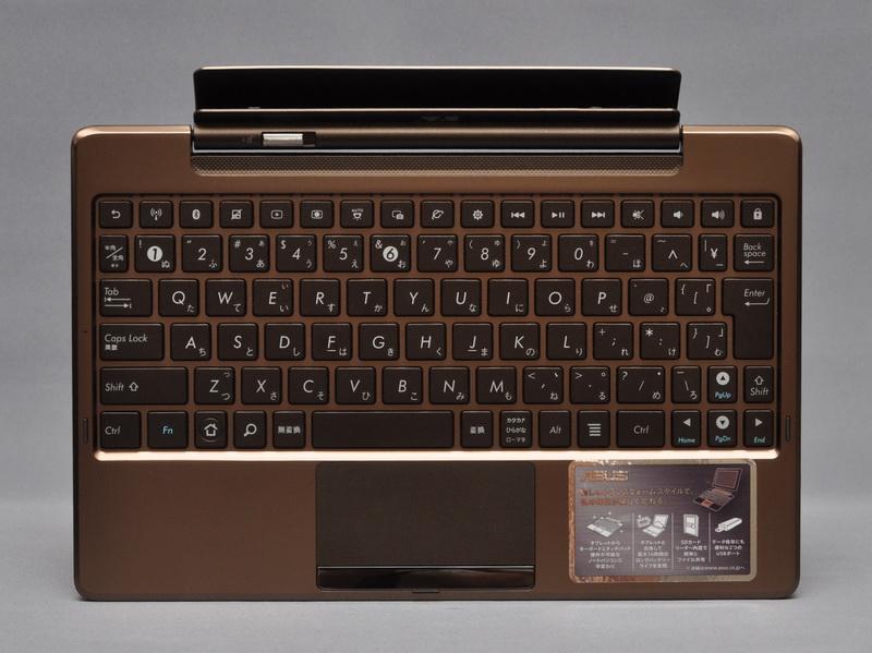 付属のモバイルキーボードドック。タブレット本体とドッキングさせることで、ノートPCのような形状で利用できる