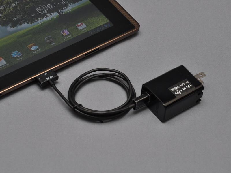 充電時には、専用USBケーブルを利用して本体と充電アダプタを接続して行なう。PCなどのUSBコネクタや、通常のUSB充電器を利用しての充電は不可能