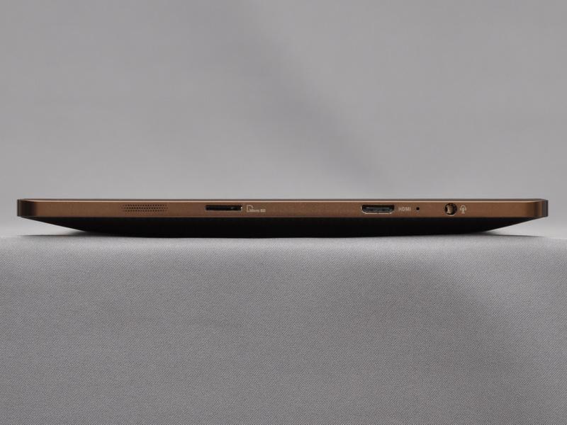 右側面には、microSDカードスロットとmini HDMI出力、ヘッドフォン/マイク端子を配置。左側面同様、スピーカーの穴も見える