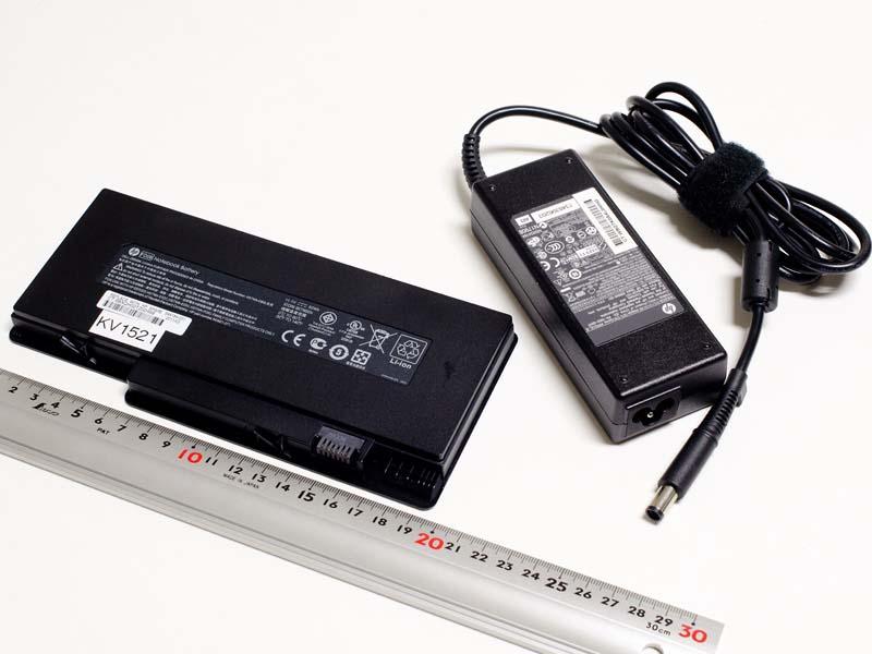 ACアダプタのコネクタはミッキータイプ。バッテリは6セルの薄型