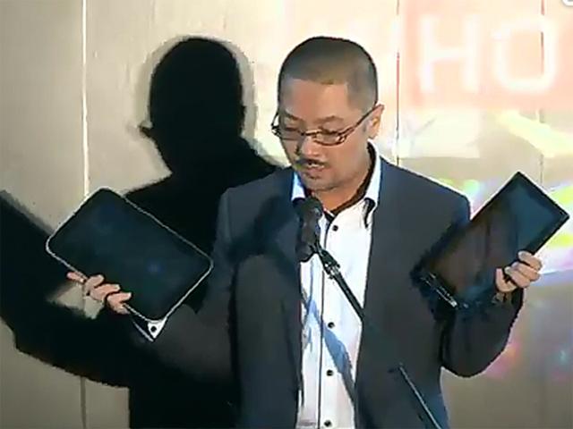 ThinkPad TabletとIdeaPad Tablet K1を手にする土居憲太郎氏(Ustreamより)